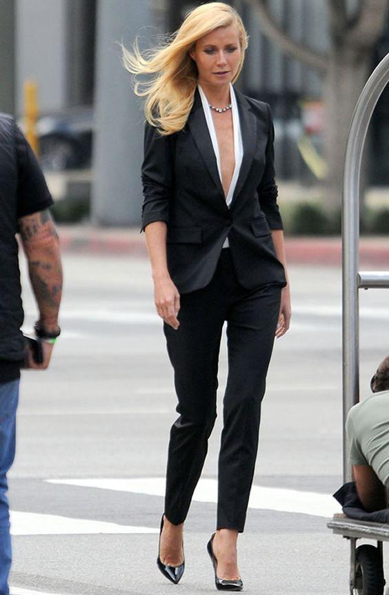 Gwyneth Paltrow com blazer preto e calça de alfaiataria.