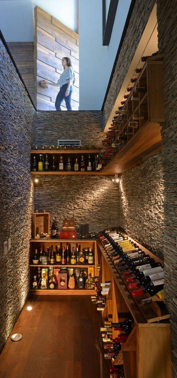 Une cave à vin enterrée avec plafond vitrée