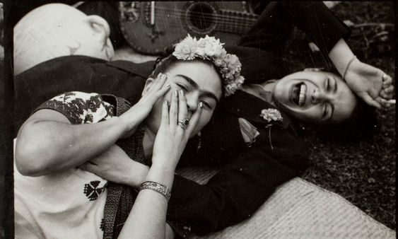 frida kahlo laughing, with the costa rican singer chavela vargas - küchen aus italien