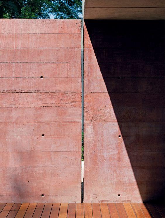 Para dar esta coloração no concreto, foi utilizada a seguinte fórmula: para cada saco de cimento (Votoran, da Votorantim), 69,3 litros de areia, 91,4 litros de brita, 22 litros de água, 1,5 kg de Pó Xadrez vermelho e 0,5 kg de amarelo.