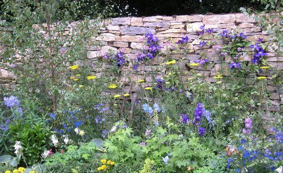 Bauanleitung für eine Trockenmauer -  Trockenmauern sind nicht nur optisch, sondern auch ökologisch eine Bereicherung für den Garten. Hier erfahren Sie Schritt für Schritt, was Sie beim Bau einer Trockenmauer beachten müssen.