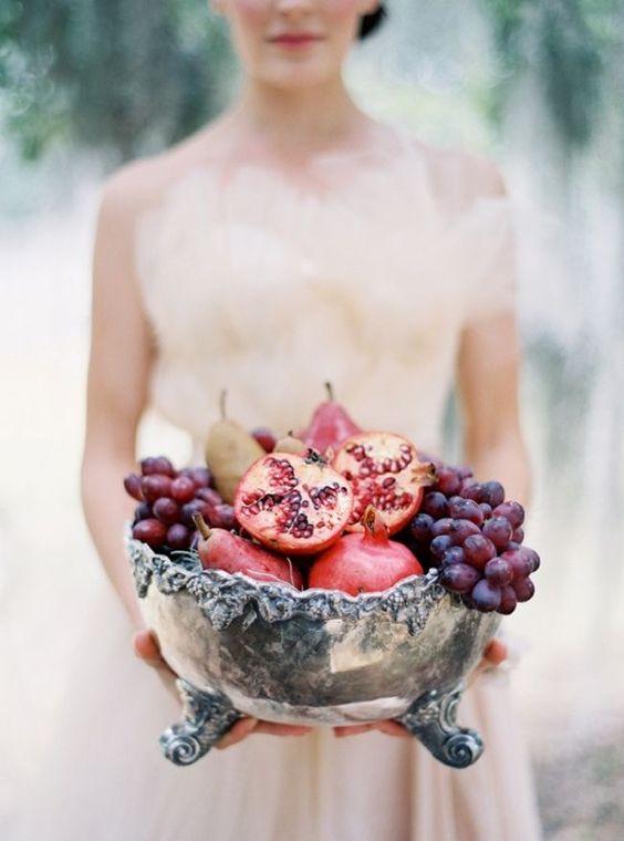 sposa con uva e melograna