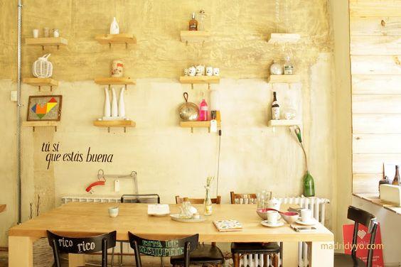 mmm_Uses un café-restaurante que nace de la fusión del espacio de co-working Utopic_Us y los cocinillas de mmmfood catering, y más que un lugar para comer es un lugar para el disfrute de los sentidos.Un espacio acogedor donde dan ganas de quedarse horas: todo está cuidado al detalle, desde la decoración y los mensajes positivos en cada rincón al selecto hilo musical (en esta ocasión nos acompañóJosé James), y por supuesto, la comida, preparada con mimo a partir de ingredientes ecológicos…