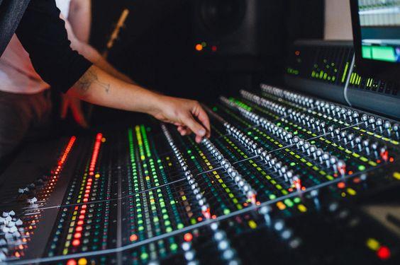 MQA ist nicht nur ein weiteres Audioformat – eine komplexe Codierung, effiziente Kompressionstechniken und eine digitale Signatur spielen dabei zusammen.