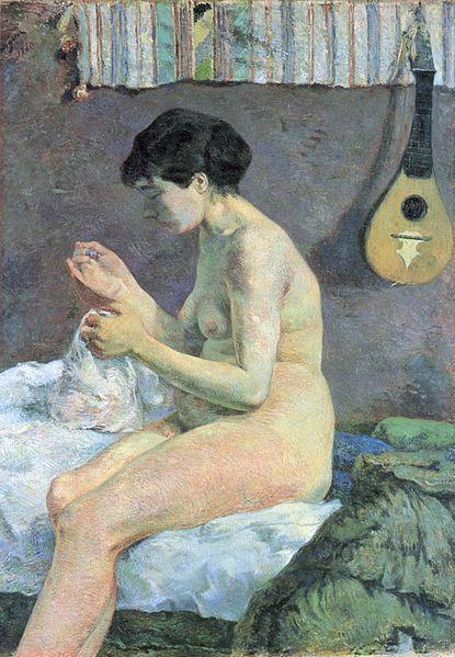 """P. Gauguin, Nudo di donna che cuce, 1880. L'opera mostra ancora traccia degli inizi impressionisti di Gauguin, specialmente nell'uso della luce. Sono però già evidenti alcuni tratti poi caratteristici della produzione autonoma dell'artista: l'attenzione per i particolari realistici e le campiture di colore. Così Huysmans sulla rivista Art moderne: """"[...]nessuno ha ancora dato una nota così veemente [...] Che verità, in ogni parte del corpo, in quel ventre un po' grosso che cade sulle gambe""""."""