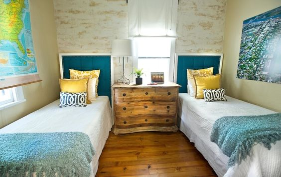 24E Cottage. Adorable Twin Bedroom with Venetian Walls.