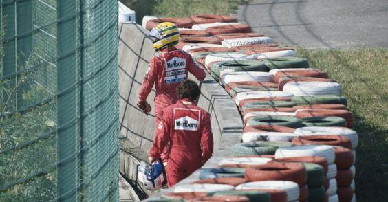 Caminhadas solitárias: Senna e Prost voltam aos boxes depois do controverso acidente que sacramentou o bicampeonato do brasileiro no GP do Japão de 1990. A troca de acusações começaria após a chegada dos dois aos boxes