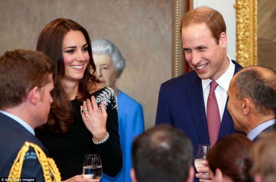 William e Kate partilhar uma piada com os convidados durante a recepção estado em casa do governo em Wellington