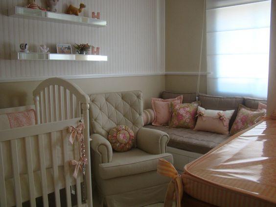 Quarto de bebê em tons pastel e rosa, com poltrona café com leite. Leticia Sa Arquitetos