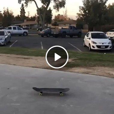 O rapaz fez um truque impressionante com o skate