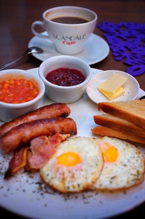 English Breakfast: Il peut être composé d'œufs (au plat, frits ou brouillés), de bacon (du lard fumé et maigre), de saucisses, de boudin noir, de boudin blanc, de baked beans (haricots à la sauce tomate), de tomates cuites, de bubble and squeak (restes de légumes frits d'un plat de rôti), de champignons sautés et de pommes de terre. Il est généralement accompagné de thé et de tranches de pain rôties :)