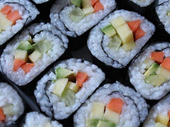 Selbstgemachtes #Sushi mit #Avocado #Gurke #Mango #Möhre