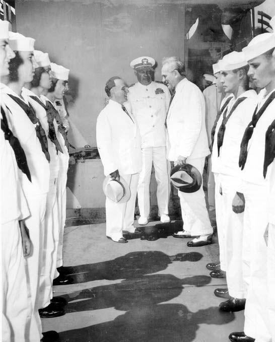 Oswaldo Aranha e Getúlio Vargas visitam um navio da frota norte-americana no Atlântico Sul, 1942. Rio de Janeiro (RJ). (CPDOC/ OA foto 263/1)