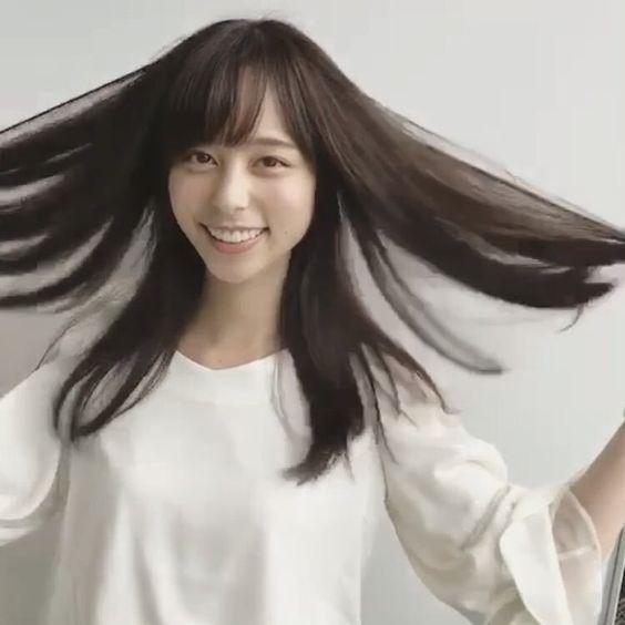 髪を見せる山本萩子アナ