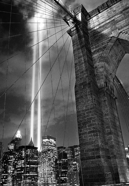 WTC tribute in lights over Brooklyn Bridge, NYC, photo by Noam Galai.