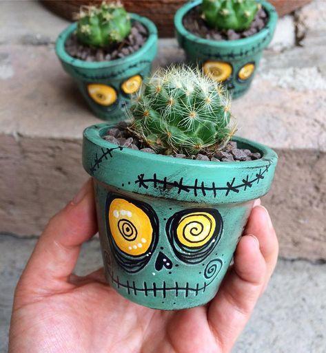 Mini macetita de zombie con cerebro #zombie #zombies #thewalkingdead #flowerpot #cactus #cacti #handmade #macetas #pintadoamano…