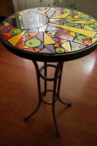 Mesa en fierro forjado con aplicaciones de cerámica; 30 cm. de diámetro y 60 cm. de alto