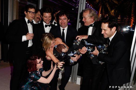 Pin for Later: Diese Oscars-Fotos bringen euch garantiert zum Lachen  Amy Poehler wurde von Andy Samberg, Nick Offerman, Bill Hader, Adam Scott, Bill Murray, Paul Rudd und Megan Mullally auf Händen getragen.