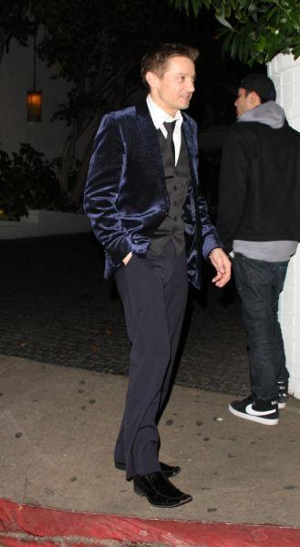 Jeremy Renner *unbuttoned jacket Rawr!*