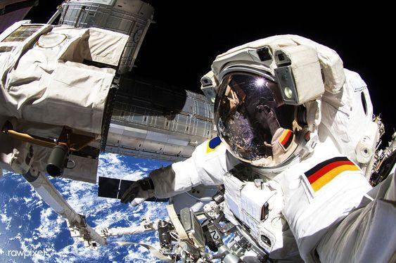 宇宙空間で作業する宇宙飛行士