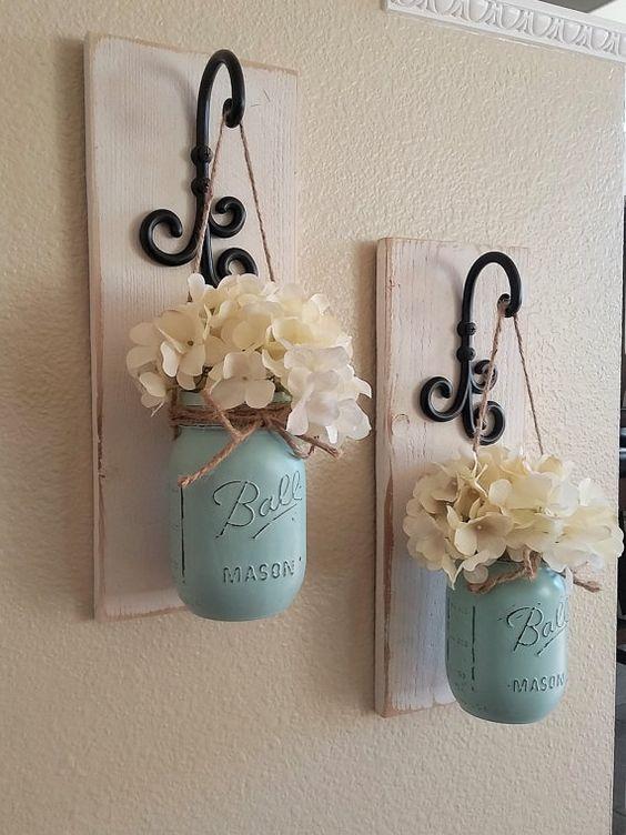 Estos apliques de tarro de masón de estilo rústico del país son el toque perfecto a la decoración de su hogar. Traen la calidez y belleza a cualquier habitación. Este listado es para 2 apliques así que para cada cantidad de uno al finalizar la compra usted está pidiendo un sistema de 2. Desplácese por la lista para ver sus opciones de color de lámpara frasco de flores de acabado de pintura. La lámpara de pared en la foto se hace en blanco envejecido, los tarros se hacen en Espuma del mar azu...