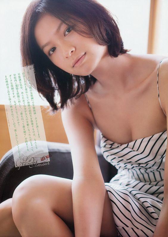 榮倉奈々ストライプ水着でこちらを見つめる画像