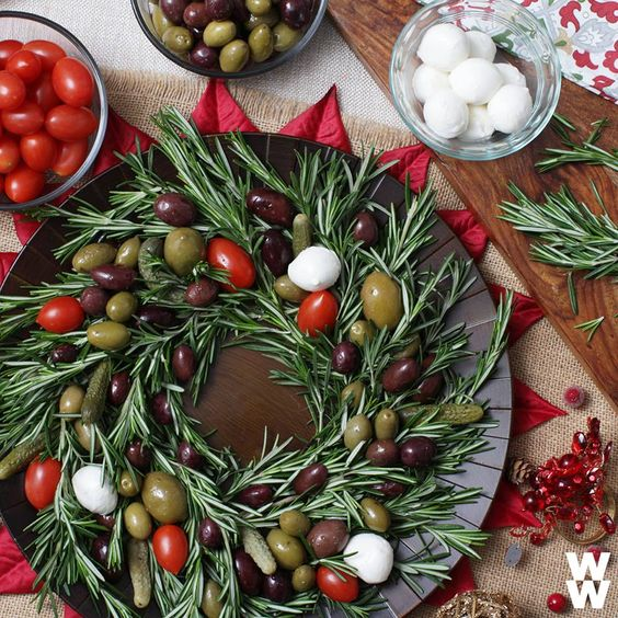 Edible decor? Yes, please!  Arrange olives on a rosemary wreath for a festive tablescape. 6 olives = 1 SmartPoint.
