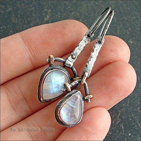 Асимметричная пара серёг с радужными лунными камнями.