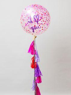 """""""Uno está enamorado cuando se da cuenta de que otra persona es única."""" - Jorge Luis Borges Incluye: - Globo cristal de latex inflando con helio y relleno con papel picado - Mensaje pintado a mano en globo - Carta para personalizar - Caja gigante UNELEFANTE"""