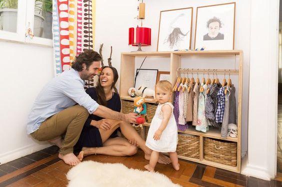 Nicolas e Monika, que se conheceram pelo Airbnb, com a filha, Lila, em sua casa, no Rio