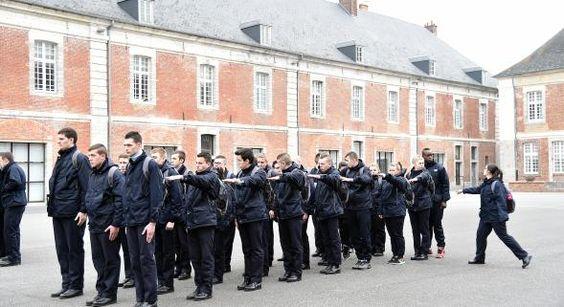 Formés en uniformes à l'EPIDe de Cambrai  Article : http://www.nordeclair.fr/info-locale/formes-en-uniformes-a-l-epide-de-cambrai-jna60b0n677191
