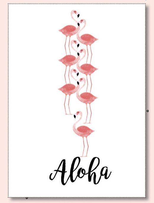 Ansichtkaart Flamingo Aloha. Een vrolijk zomerse ansichtkaart met flamingo's en tekst Aloha. De kaart is geprint op dik kaartpapier met ruwe matte uitstraling.  Op de achterzijde is ruimte voor een adres en een persoonlijke boodschap. Leuk om te versturen, maar ook om op te hangen in een lijstje of met tape aan de muur!