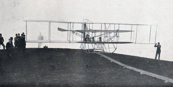 L'aeroplano dei fratelli « Wright » sulla rotaia di lancio del campo di Centocelle presso Roma nella primavera del 1909. Su questo apparecchio Bruno Brivonesi fu portato in volo dal Ten. del Genio Umberto Savoja.
