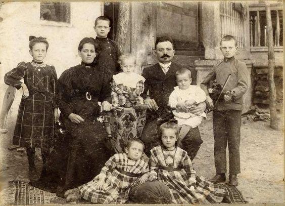 Schwäbische familie in Helenendorf, Kaukasus 1910 - Helenendorf wurde 1819 von 194 schwäbischen Familien gegründet. Sie kamen über den Nordkaukasus und Tiflis(Georgien) #Georgien #Kaukasus #Geschichte