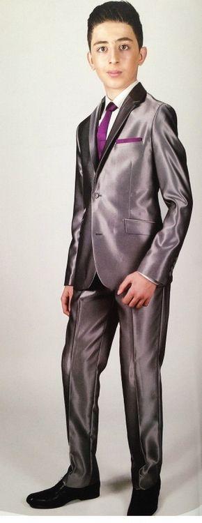 Bij Corrie's vind je prachtige kostuums voor de bruidsjonkers. Zoals deze: model Kevin in het grijs. Een mooi glanzend jongenskostuum, getailleerd en 2-delig. Dit pak is er ook in beige en zwart. Super stoer! Kijk snel op bruidskindermode.nl voor deze en nog veel meer mooie kostuums voor bruidsjonkers of voor de communie. Bruidskinderkleding, bruidsjonkerkleding, communiekleding, kinderbruidsmode, kinderbruidskleding.