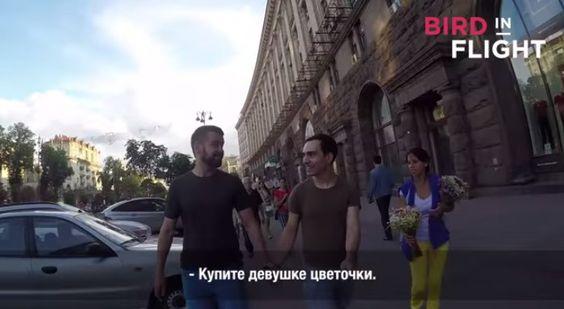 Vídeo: casal gay anda de mãos dadas e é agredido com chutes e spray de pimenta  #casalgay #homofobia #lgbt #ucrania #gay