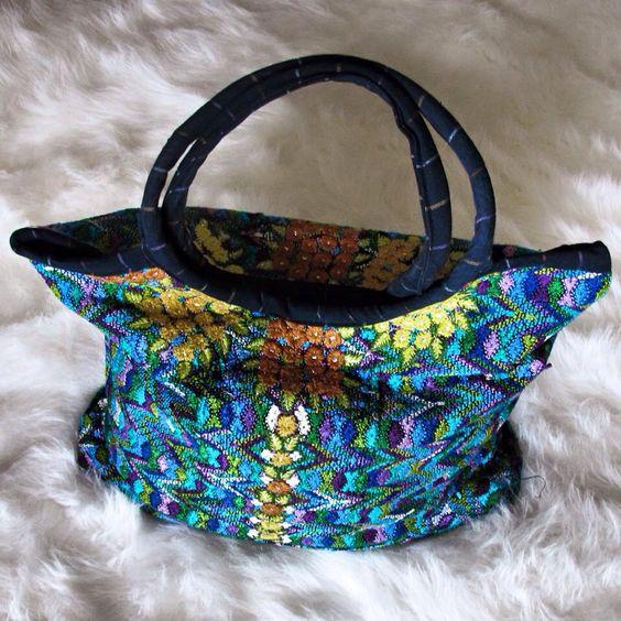 Bolso de playa guatemalteco #huipil tejido a mano @closetdeplaya #embroidery #embroidered #embroideredbag #bordados #bolsobordado #bolsobordados #bolsobordadoamano