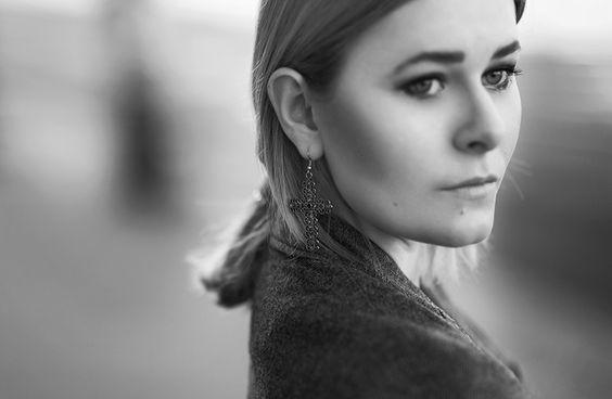 Portrait von Fashion Bloggerin Christina Key. Sie trägt Kreuz Ohrringe in silber
