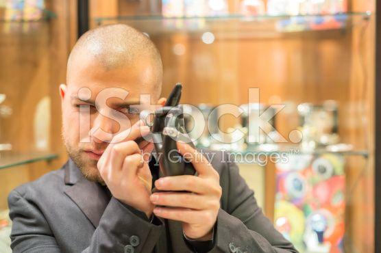 Gemologist Inspektion Schmuck – lizenzfreie Stock-Fotografie