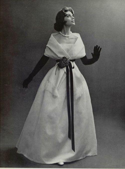 Modelo vestindo um vestido de noite de Christian Dior de 1956.