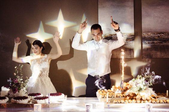 Vous vous apprêtez à choisir les musiques qui vont rythmer les moments importants de votre grand jour. Quelle sera la chanson qui annoncera l'arrivée du gâteau de mariage ? A vous d'en décider à partir de notre playlist aux sonorités endiablées !