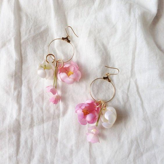 コットンのお花のぶら下がりピアスです。お花は色を染めるところから作っています。ショートカットの方やアップスタイルによく似合うと思います^^イヤリングへの変更、...|ハンドメイド、手作り、手仕事品の通販・販売・購入ならCreema。