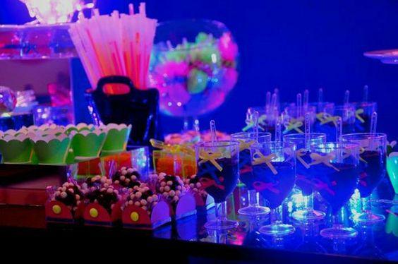 Mesa de doces néon