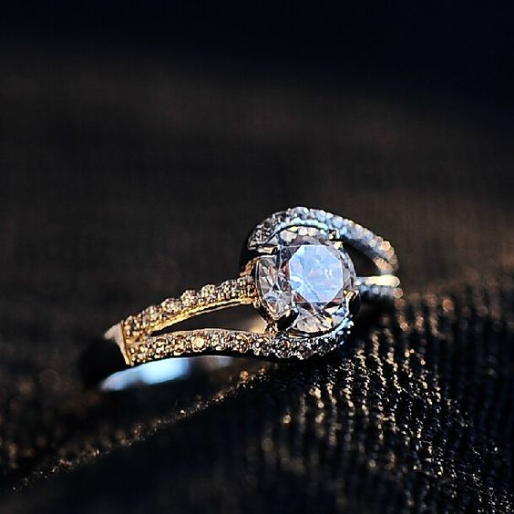 Beautiful Women's 925 Sterling Silver Ring With Cubic Zirconia Inlaid