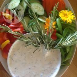Rohkostplatte mit Frischkäse-Kräuterdip - Man kann an Gemüse natürlich verwenden was man will. Kirschtomaten machen sich auch gut. Rosmarinzweige und essbare Blumen sind eine tolle Deko.@ de.allrecipes.com