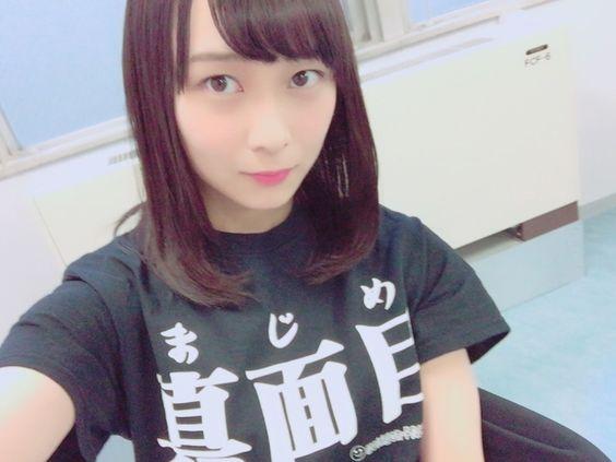 真面目Tシャツを着た鈴木絢音