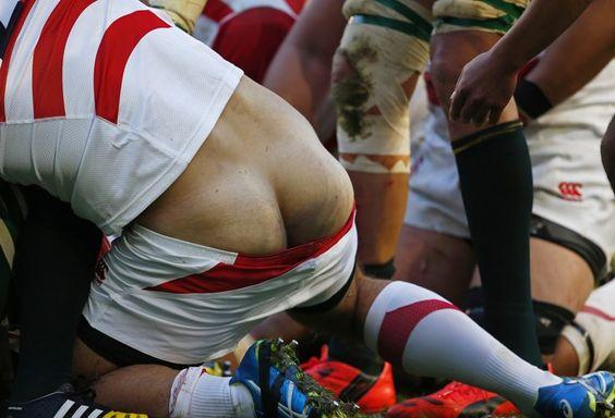 Calção de jogador do Japão cai durante uma jogada no confronto com a África do Sul (Foto: Reuters)