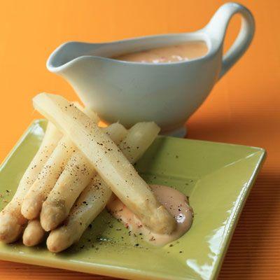 Découvrez la recette Asperges blanches et sauce aurore sur cuisineactuelle.fr.