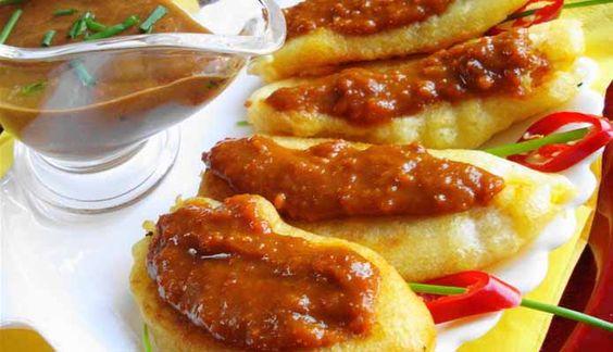 Surinaams eten – Baka Bana (gebakken bakbanaan in deeg met Satésaus Trafasie)