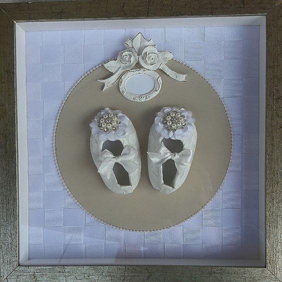 Quadro maternidade menina com sapatinho de renda com perolas e cristais . Moldura dourada envelhecida. Colocamos o nome do bebe.